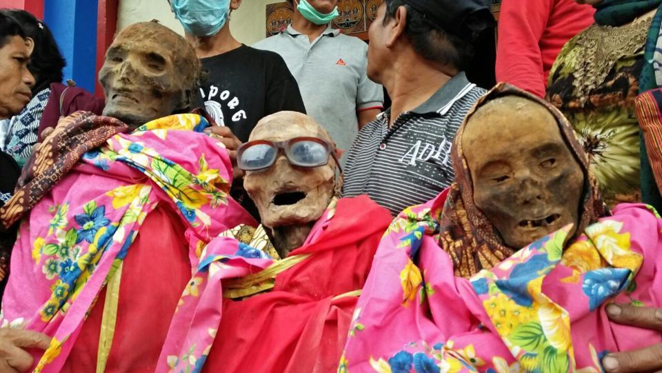 【奇習】インドネシア スラウェシ島に伝わる奇妙は風習、遺体を囲んでなんか楽しそう・・・・・(画像)・8枚目