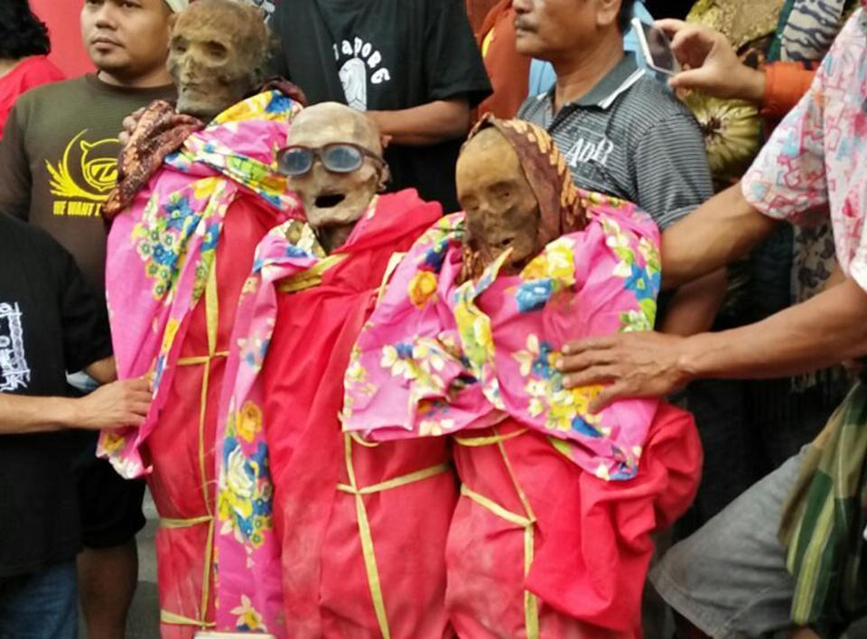 【奇習】インドネシア スラウェシ島に伝わる奇妙は風習、遺体を囲んでなんか楽しそう・・・・・(画像)・9枚目