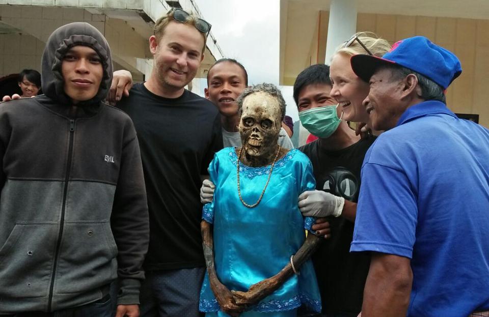 【奇習】インドネシア スラウェシ島に伝わる奇妙は風習、遺体を囲んでなんか楽しそう・・・・・(画像)・10枚目