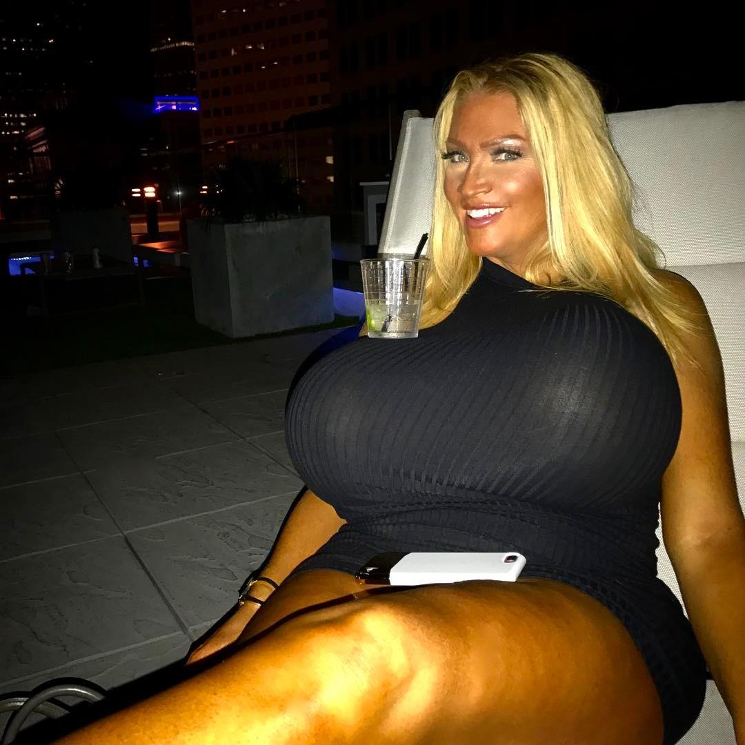 【超爆乳】年齢48歳の超インプラントおっぱいを持つ外人モデル、やり過ぎだろ・・・・・(画像)・7枚目