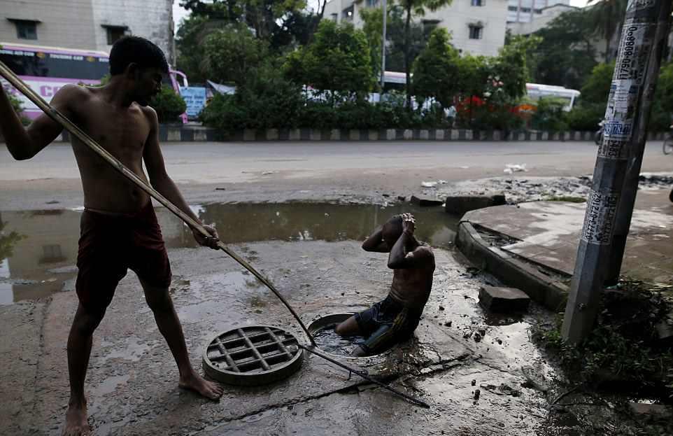 【素手特攻】バングラディシュの下水道掃除、ゴーグルすらないのかよ・・・・・・(画像)・1枚目
