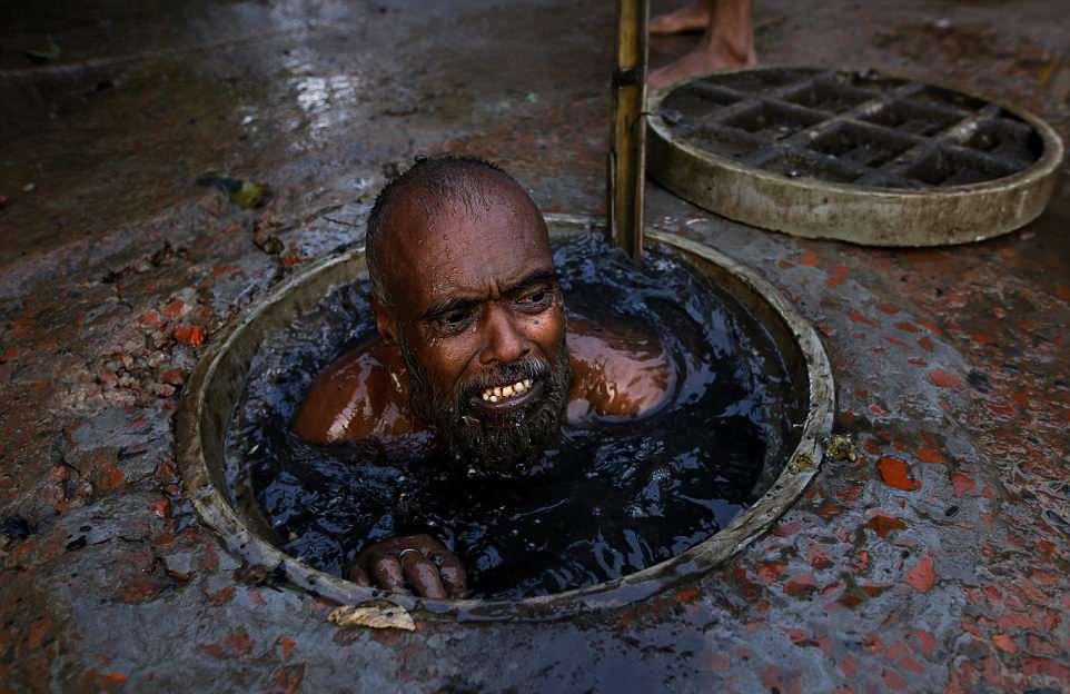 【素手特攻】バングラディシュの下水道掃除、ゴーグルすらないのかよ・・・・・・(画像)・2枚目