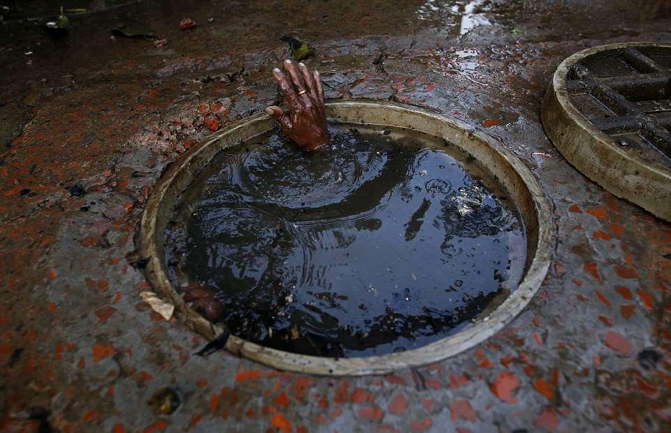 【素手特攻】バングラディシュの下水道掃除、ゴーグルすらないのかよ・・・・・・(画像)・3枚目