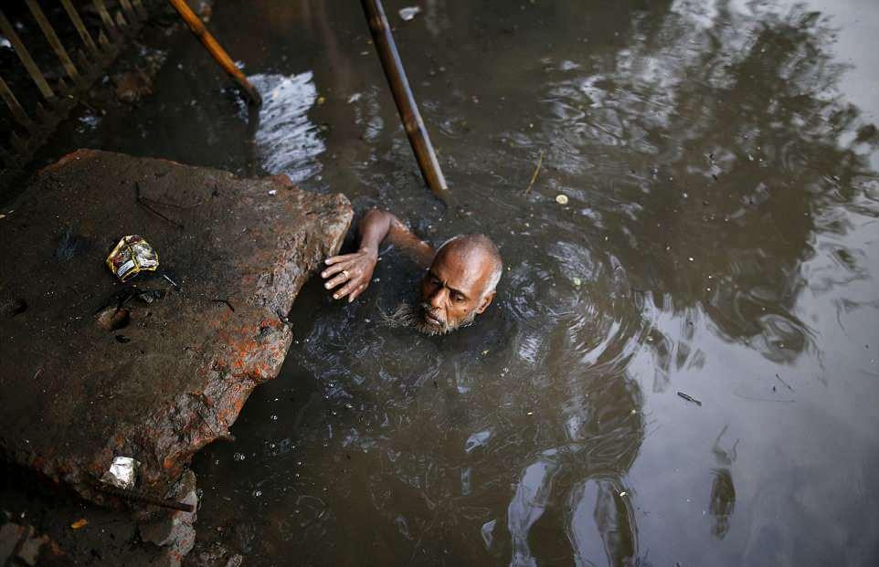 【素手特攻】バングラディシュの下水道掃除、ゴーグルすらないのかよ・・・・・・(画像)・4枚目