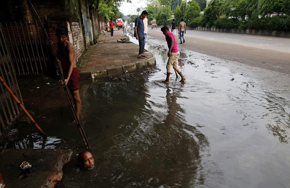 【素手特攻】バングラディシュの下水道掃除、ゴーグルすらないのかよ・・・・・・(画像)・6枚目