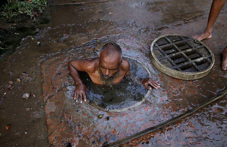 【素手特攻】バングラディシュの下水道掃除、ゴーグルすらないのかよ・・・・・・(画像)・7枚目