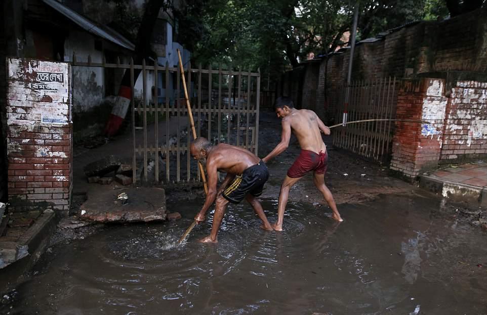 【素手特攻】バングラディシュの下水道掃除、ゴーグルすらないのかよ・・・・・・(画像)・9枚目