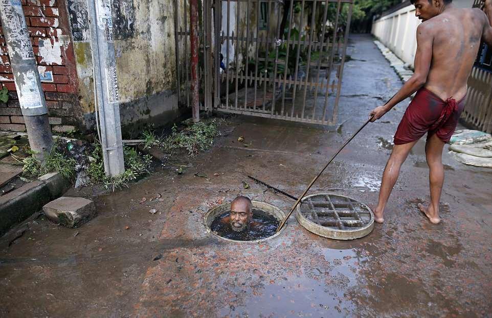 【素手特攻】バングラディシュの下水道掃除、ゴーグルすらないのかよ・・・・・・(画像)・10枚目