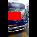 【陽キャガイジ】全裸でバスの運転席に横たわるブラジル人女性、これは陽気なキ●ガイ・・・・・(動画)
