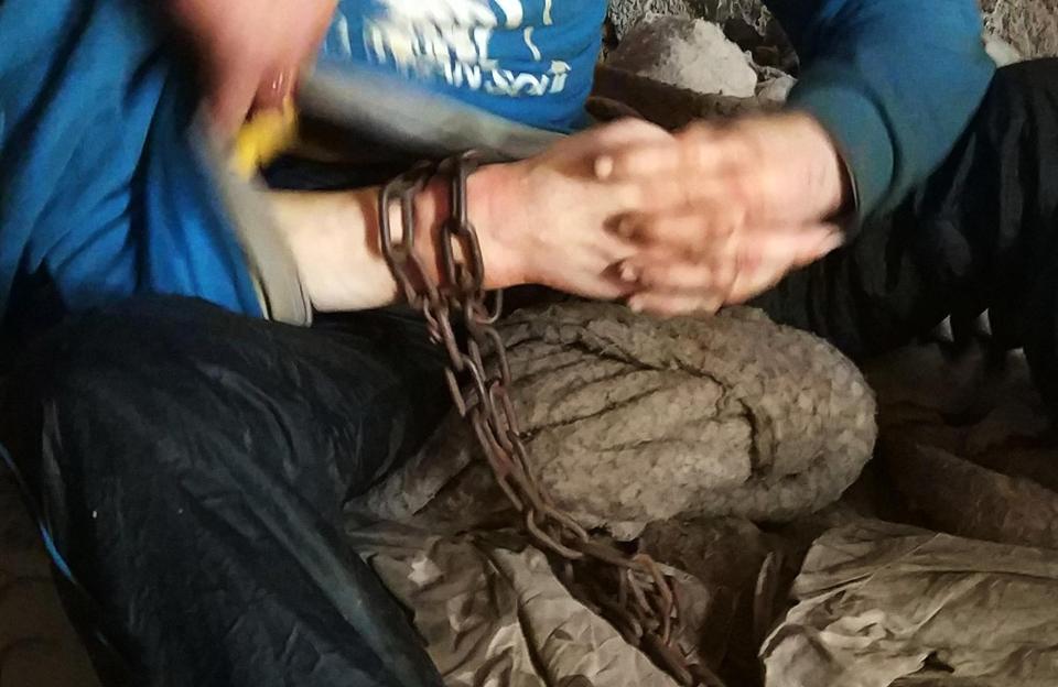 【闇深】中国の聴覚障碍者さん、実の母親から10年以上石倉に鎖で繋がれる・・・・・(画像)・4枚目
