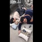 【意味不明】中国でトラックの下敷きになったカップル、そのままリラックスする・・・・・(動画)