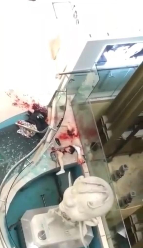 【凄惨】上海のショッピングモールで飛び降り自殺した男性、ガラスフェンスの上に落ちてバラバラに・・・・・(画像、動画)・1枚目