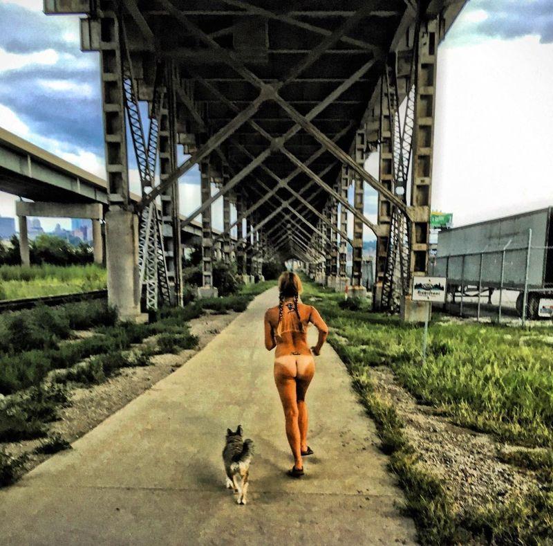 【大自然ヌード】動物を連れてアメリカ中を全裸でハイキングする35歳獣医師、正直エロいwwwwwww(画像)・2枚目