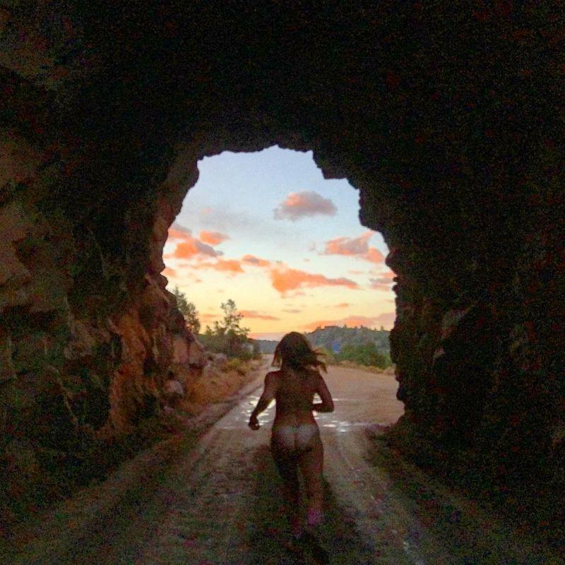 【大自然ヌード】動物を連れてアメリカ中を全裸でハイキングする35歳獣医師、正直エロいwwwwwww(画像)・15枚目
