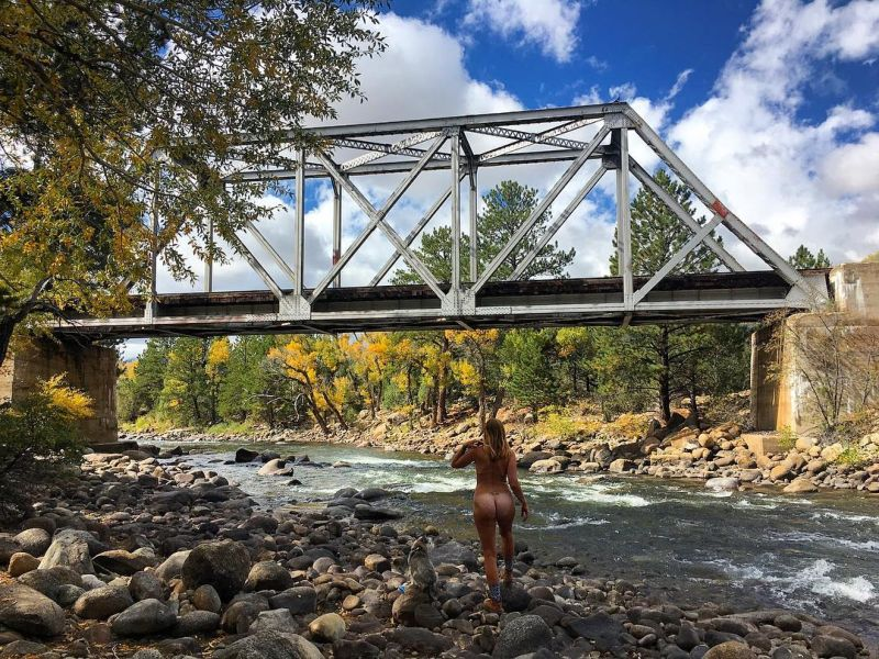 【大自然ヌード】動物を連れてアメリカ中を全裸でハイキングする35歳獣医師、正直エロいwwwwwww(画像)・24枚目