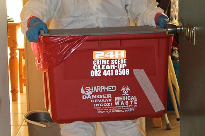 【閲覧注意】海外の特殊清掃作業員、血しぶきの前でSNS画像を撮ってしまう・・・・・(画像)・3枚目