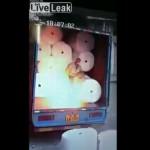 【静電気】作業員の靴底と荷台が接触した瞬間の静電気で大炎上、これは運悪すぎ・・・・・(動画)