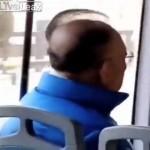 【無理ゲー】中国のハゲおじさん、とんでもない髪形で頭頂部を隠そうとしてしまう!!(動画)