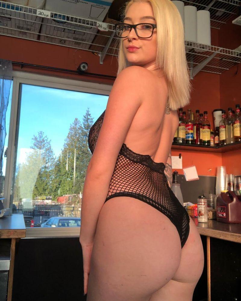 【天国】店員のビキニ着用を法律で禁止されたワシントン州のカフェ、抗議の為マイクロビキニ姿で接客するwwwwwwww(画像)・11枚目