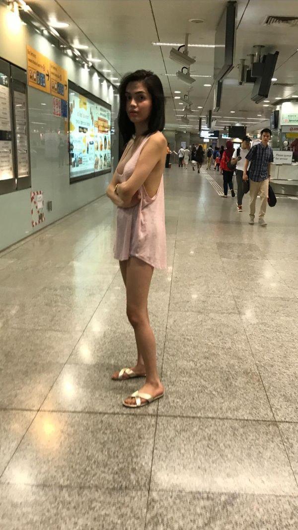 【露出ネキ】シンガポールのATMに並ぶ痴女まんさん、大きいTシャツ一枚という勃起不可避な恰好で激写される!!・3枚目
