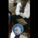 【スゴ技】アラブ人男性のバケツと紙を使ったマジック、マジでコレどうなってんの??(動画)