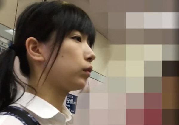 【※犯罪注意※】プロの痴漢に狙われた女子学生の反応をご覧ください・・・これは酷いやろ。。(画像あり)