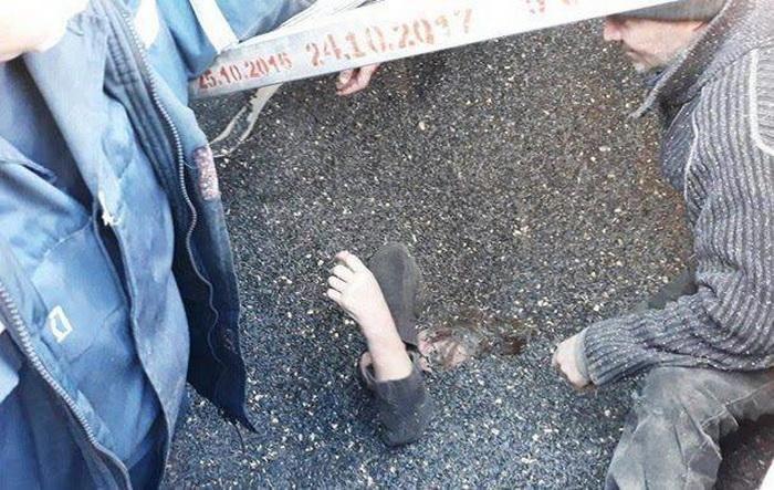 【危険】ヒマワリの種の保存タンクに転落したウクライナ人女性、危うく死にかける・・・・・(画像)・2枚目