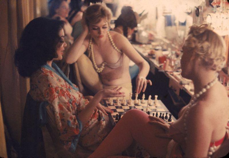 【貴重画像】1958年に撮影された海外キャバレーの舞台裏の様子、ムッチリ系多くてエロい!(画像)・1枚目