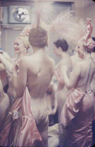 【貴重画像】1958年に撮影された海外キャバレーの舞台裏の様子、ムッチリ系多くてエロい!(画像)・3枚目