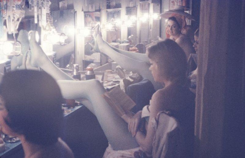 【貴重画像】1958年に撮影された海外キャバレーの舞台裏の様子、ムッチリ系多くてエロい!(画像)・5枚目