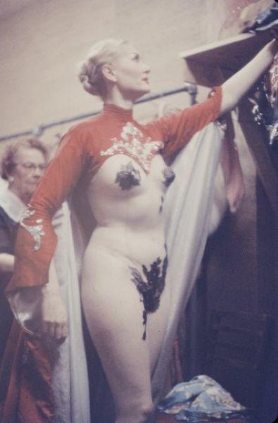 【貴重画像】1958年に撮影された海外キャバレーの舞台裏の様子、ムッチリ系多くてエロい!(画像)・7枚目
