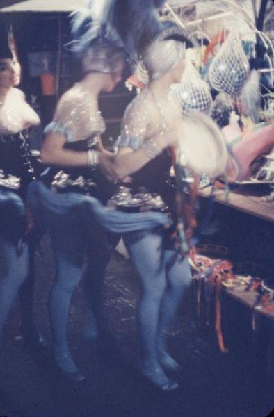 【貴重画像】1958年に撮影された海外キャバレーの舞台裏の様子、ムッチリ系多くてエロい!(画像)・8枚目