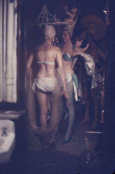 【貴重画像】1958年に撮影された海外キャバレーの舞台裏の様子、ムッチリ系多くてエロい!(画像)・9枚目