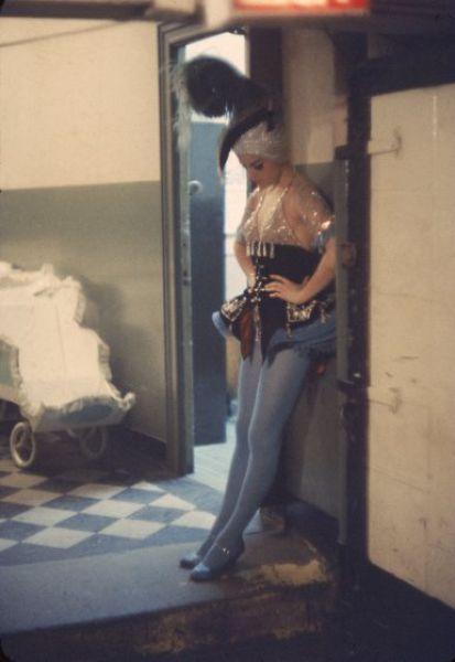 【貴重画像】1958年に撮影された海外キャバレーの舞台裏の様子、ムッチリ系多くてエロい!(画像)・10枚目