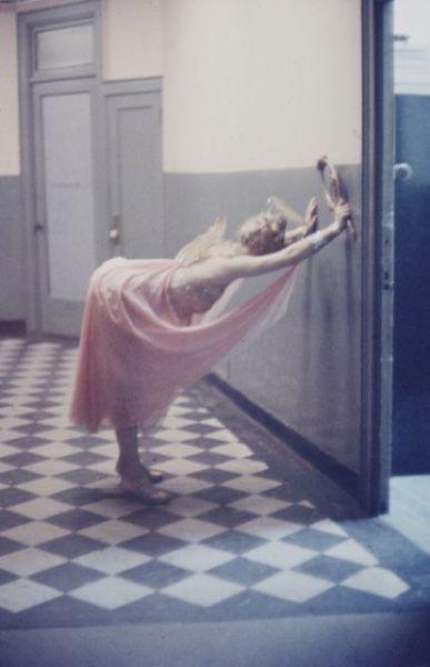 【貴重画像】1958年に撮影された海外キャバレーの舞台裏の様子、ムッチリ系多くてエロい!(画像)・11枚目