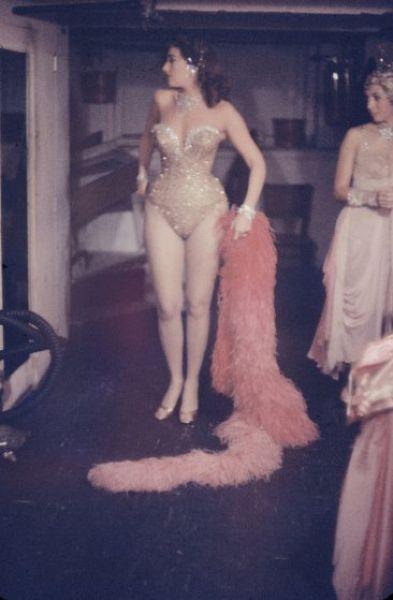 【貴重画像】1958年に撮影された海外キャバレーの舞台裏の様子、ムッチリ系多くてエロい!(画像)・12枚目