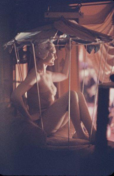 【貴重画像】1958年に撮影された海外キャバレーの舞台裏の様子、ムッチリ系多くてエロい!(画像)・13枚目