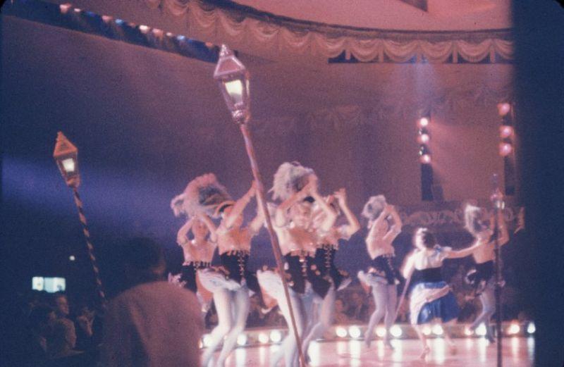 【貴重画像】1958年に撮影された海外キャバレーの舞台裏の様子、ムッチリ系多くてエロい!(画像)・14枚目