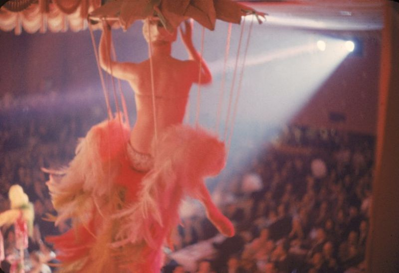 【貴重画像】1958年に撮影された海外キャバレーの舞台裏の様子、ムッチリ系多くてエロい!(画像)・15枚目