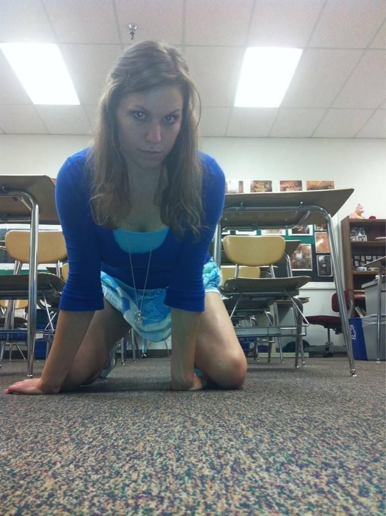 【エロ教師】アメリカのエロエロ女教師、教え子に教室で撮ったエロ自撮り写真を送りつけて御用!!(画像)・3枚目
