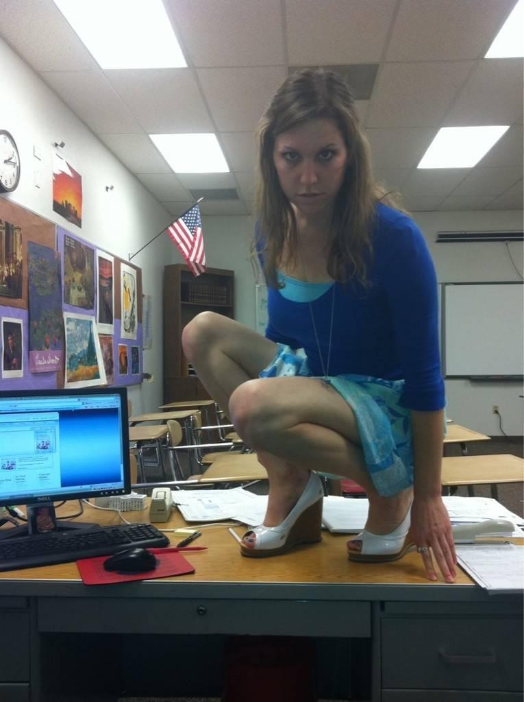 【エロ教師】アメリカのエロエロ女教師、教え子に教室で撮ったエロ自撮り写真を送りつけて御用!!(画像)・5枚目