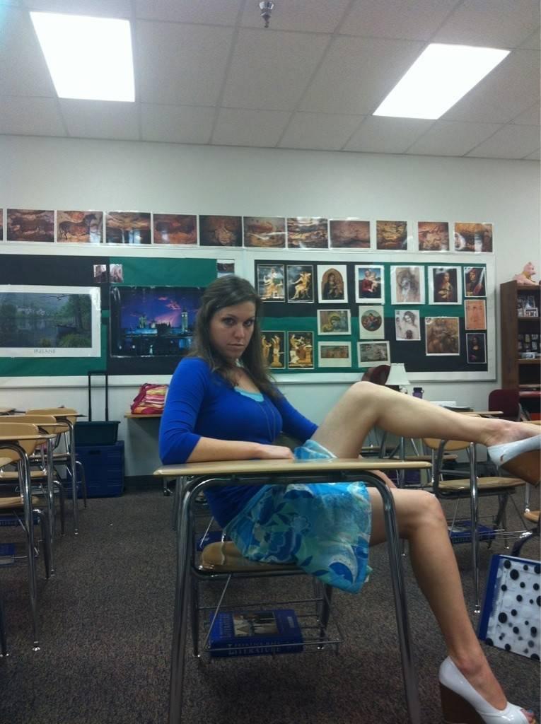 【エロ教師】アメリカのエロエロ女教師、教え子に教室で撮ったエロ自撮り写真を送りつけて御用!!(画像)・6枚目