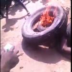 """【拷問】アフリカの誘拐犯、捕まって伝説の拷問""""タイヤネックレス""""に掛けられる・・・・・(動画)"""