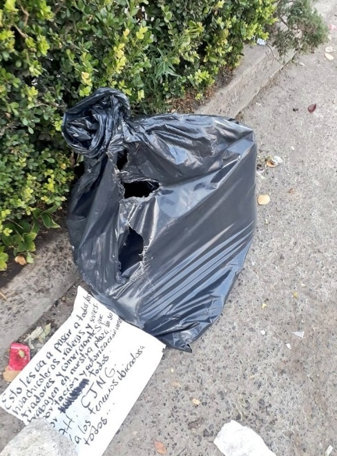 【グロ注意】メキシコの麻薬カルテルさん、クリスマスにとんでもないモノを袋に入れて街に放置・・・・・(画像)・1枚目