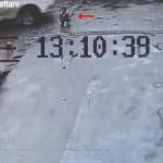 【捨て身トラップ】何故か道路の真ん中にしゃがみ込む中国人少女、これ完全に罠だろ・・・・・(動画)