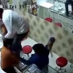 【強盗】パキスタンの宝石店強盗、カウンター越しに店主をメッタ刺しにする瞬間・・・・・(動画)