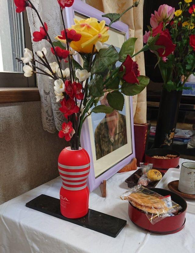 【悲劇】日本のお爺ちゃん、孫の部屋から手に入れたとんでもないモノを亡き妻の花瓶にしてしまう・・・・・(画像)・1枚目