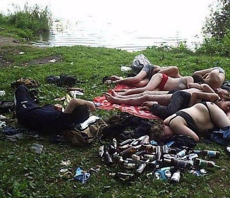 【エロ注意】ロシアの飲み会後の様子がコチラ、色々酷い・・・・・(画像)・2枚目