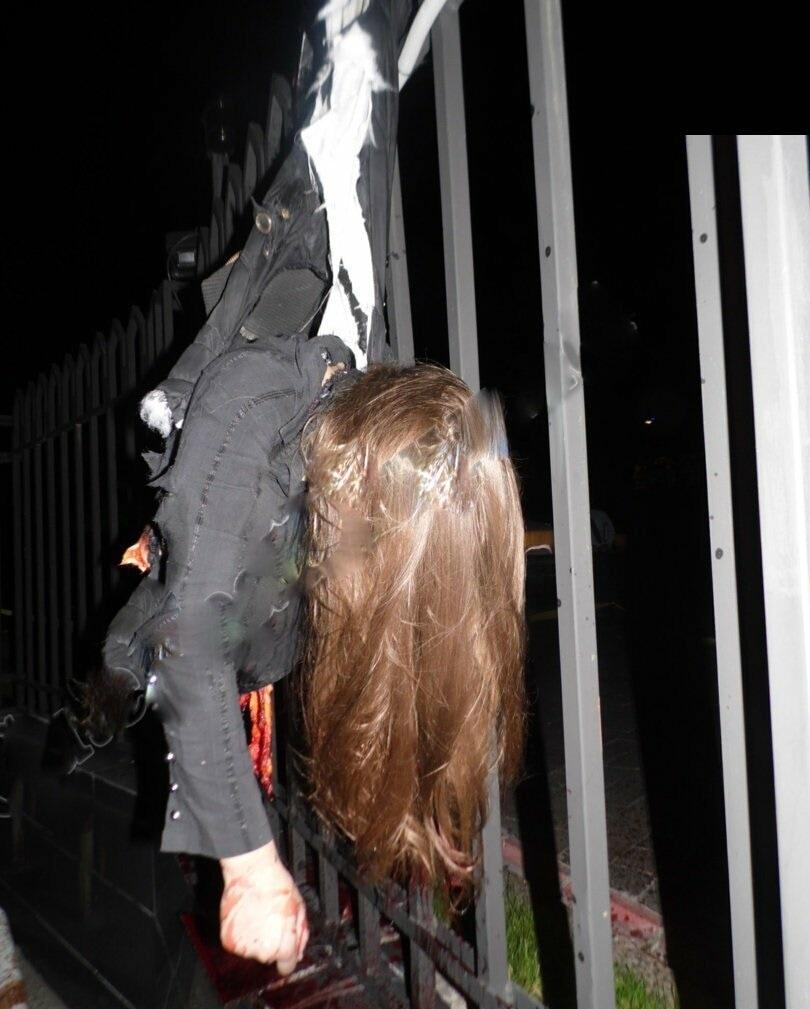 【自殺】建物から飛び降りて鉄柵に衝突したまんさん、バラバラになる・・・・・(画像)・1枚目