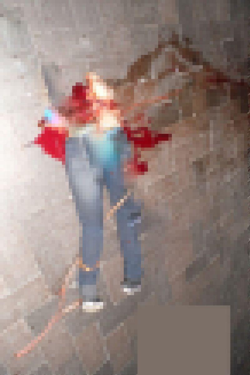 【自殺】建物から飛び降りて鉄柵に衝突したまんさん、バラバラになる・・・・・(画像)・3枚目